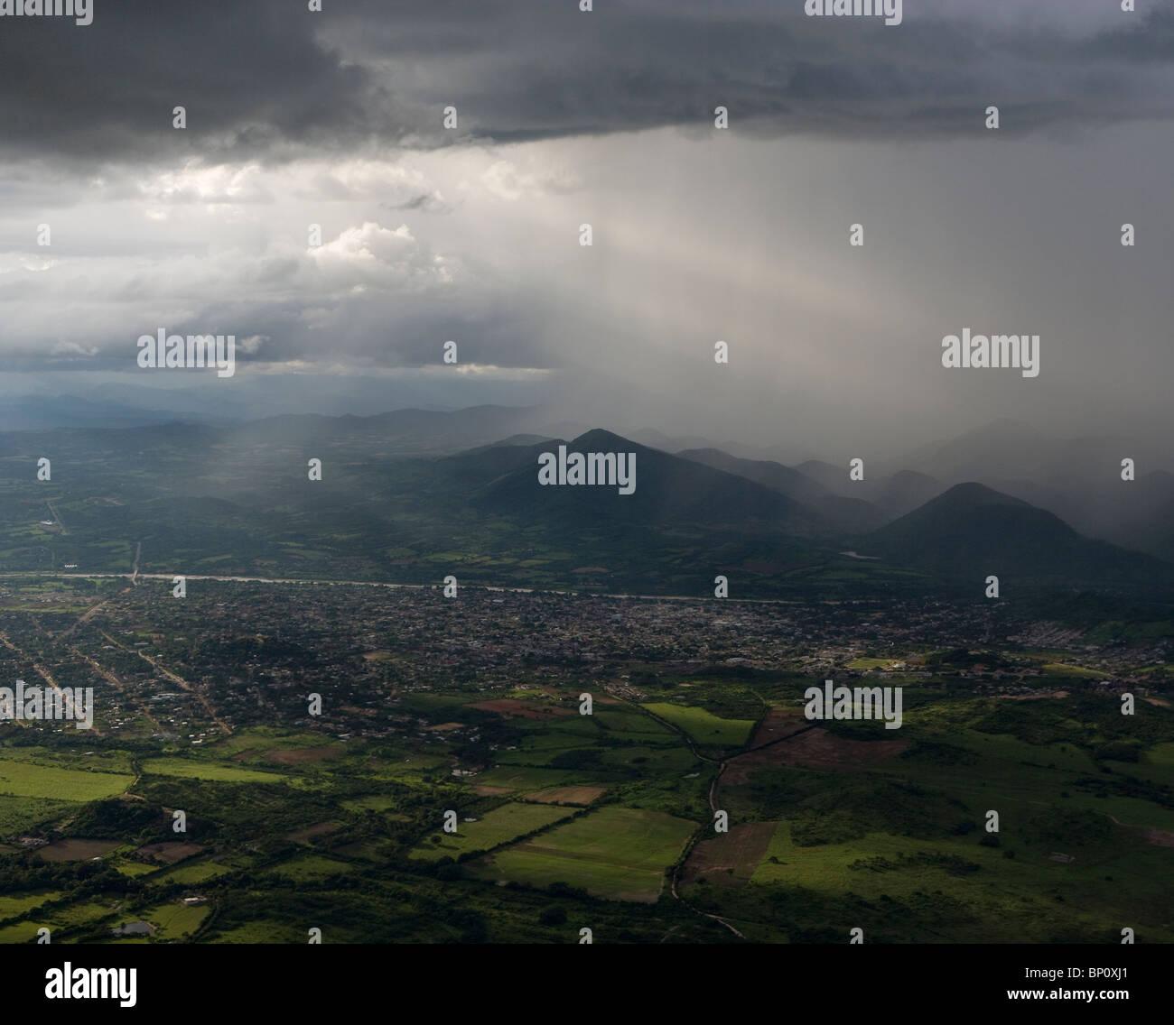 Vue aérienne des averses de pluie au-dessus des rayons de soleil près de Tuxtla Gutierrez, Chiapas, Mexique Photo Stock