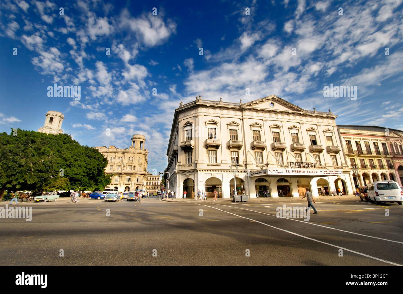 Vue de La Havane et de la rue du cinéma Payret bâtiment. La Havane est la plus grande ville de Cuba et la région des Caraïbes. Banque D'Images