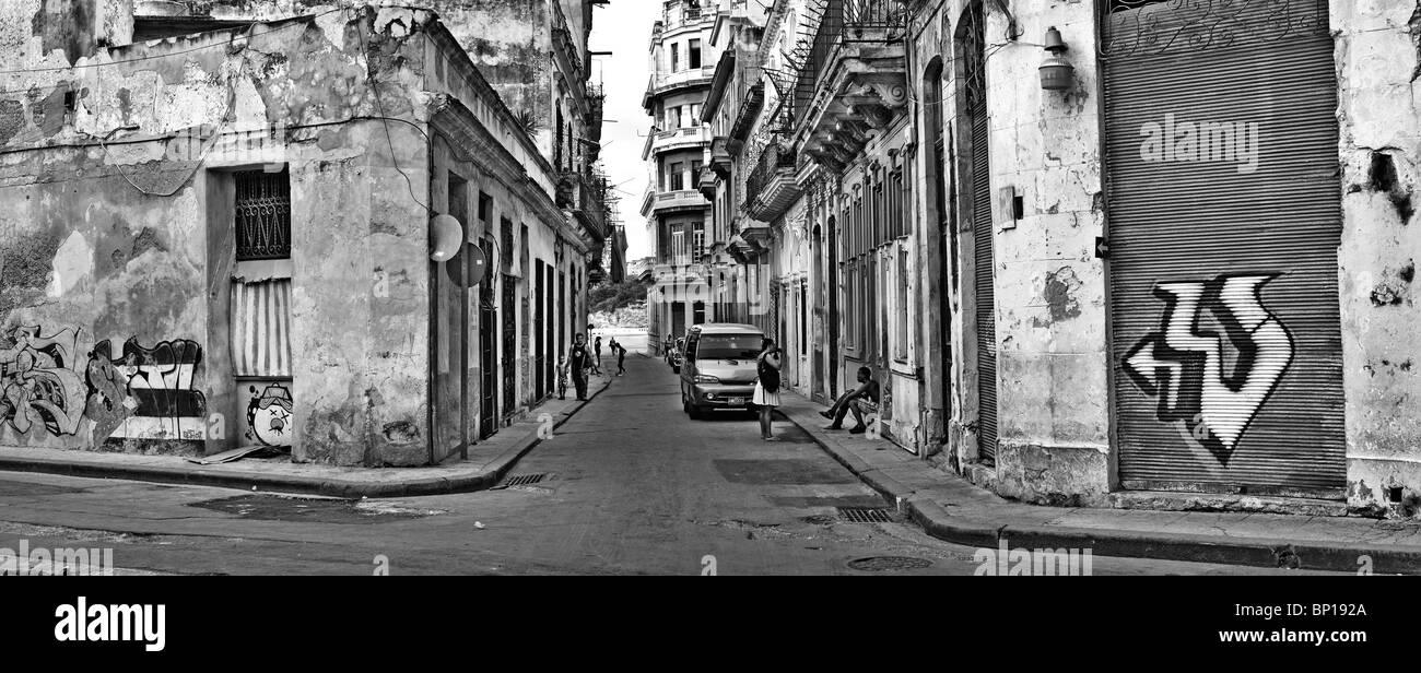 La Havane - Vers juillet 2009. B&W vue panoramique de shabby havana street, la plus grande ville de Cuba et la région des Caraïbes Banque D'Images