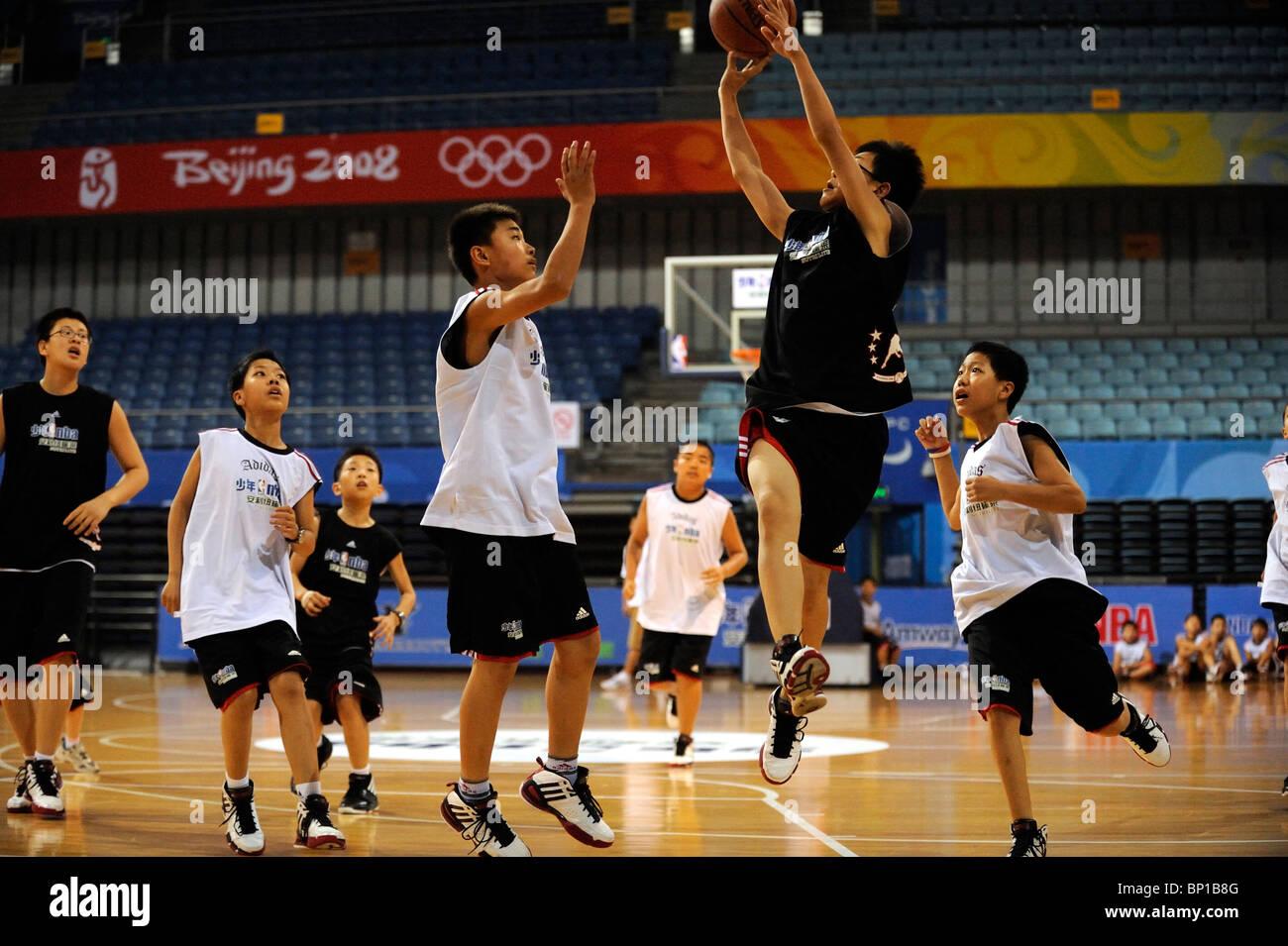 Les enfants chinois jouer au basket-ball à Beijing, Chine. Photo Stock
