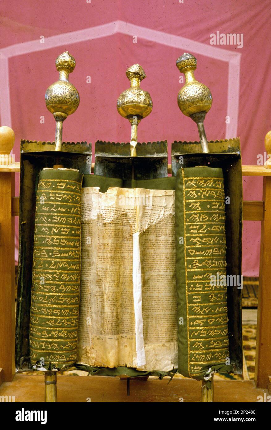 431. Le Pentateuque samaritain défiler dans son logement d'argent décoré spécialement datant du 17ème. C. Banque D'Images