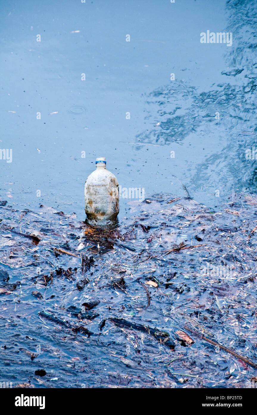 Une bouteille en plastique abandonnée dans l'eau, pollution concept Photo Stock