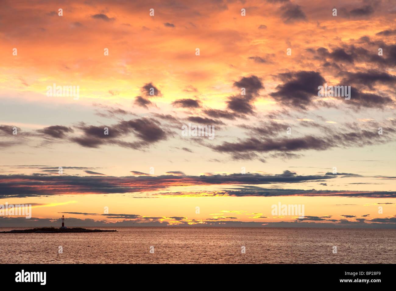 Croatie - Ciel et nuages colorés après le coucher du soleil sur la mer Adriatique Photo Stock