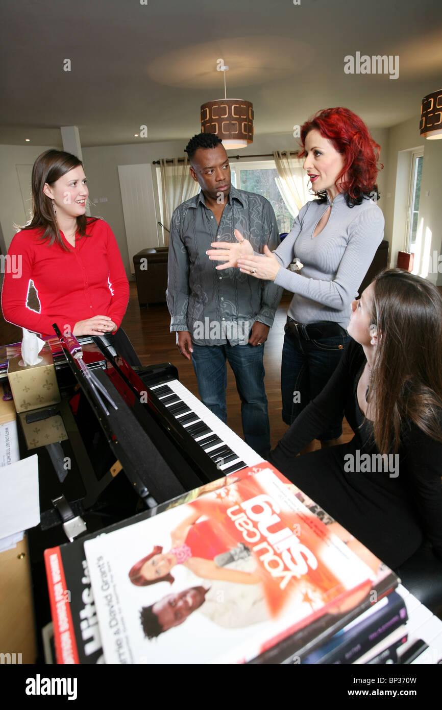 Les entraîneurs vocal une femme donnant une leçon de chant, Londres, Angleterre, Royaume-Uni. Photo:Jeff Photo Stock