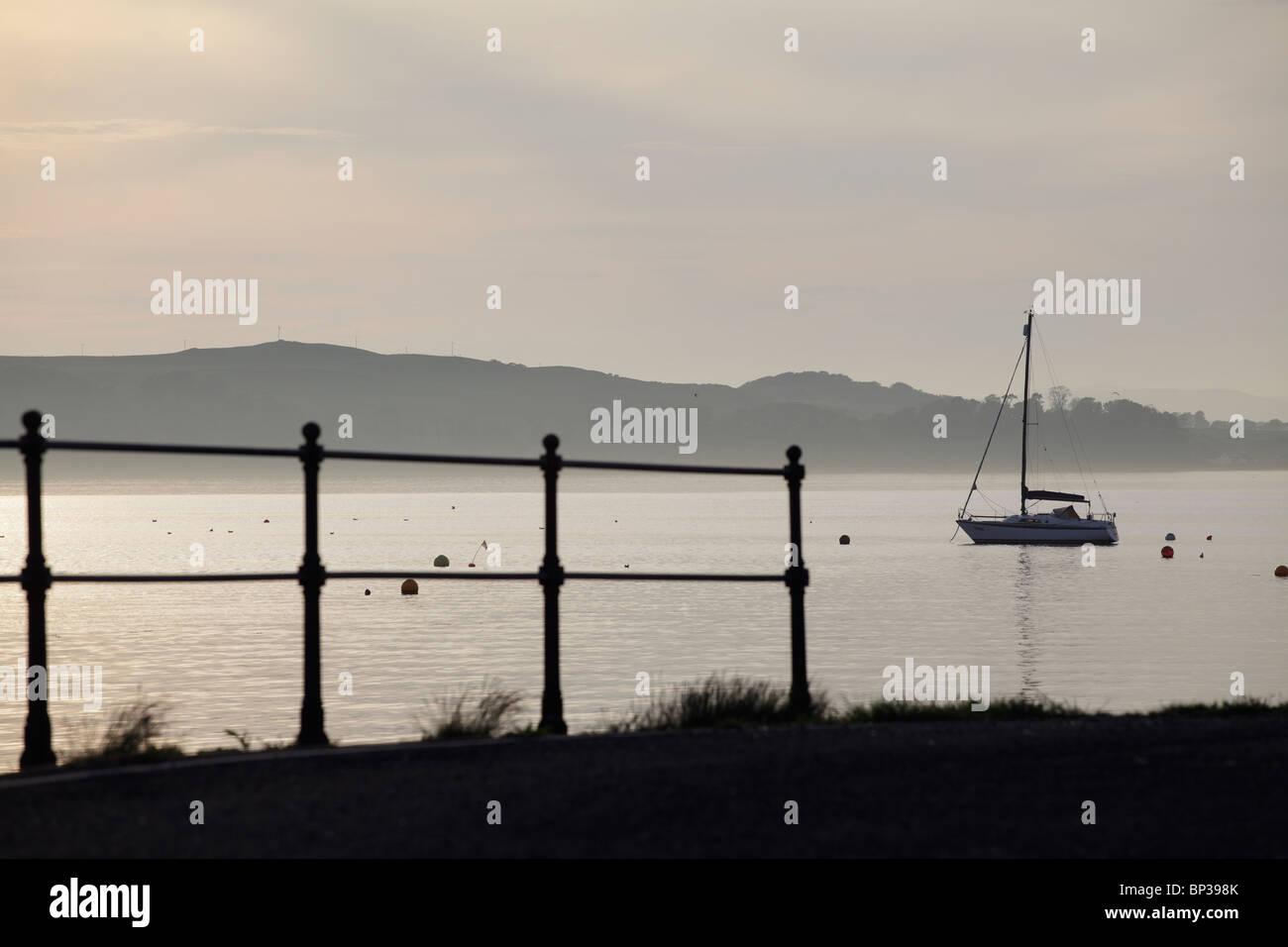 À la vue sur le Firth of Clyde de Fairlie à l'île de Great (Cumbrae) sur la côte ouest de l'Écosse, l'Ayrshire, UK Banque D'Images