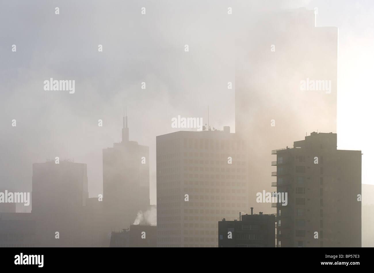 San Francsico les blocs de bureau dans le brouillard Photo Stock