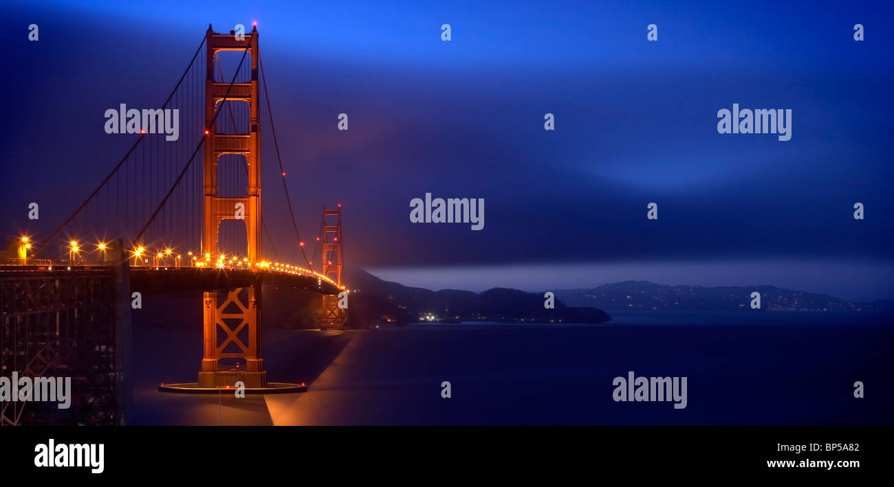 Le Golden Gate Bridge at Dusk avec Marin headlands dans l'arrière-plan Photo Stock