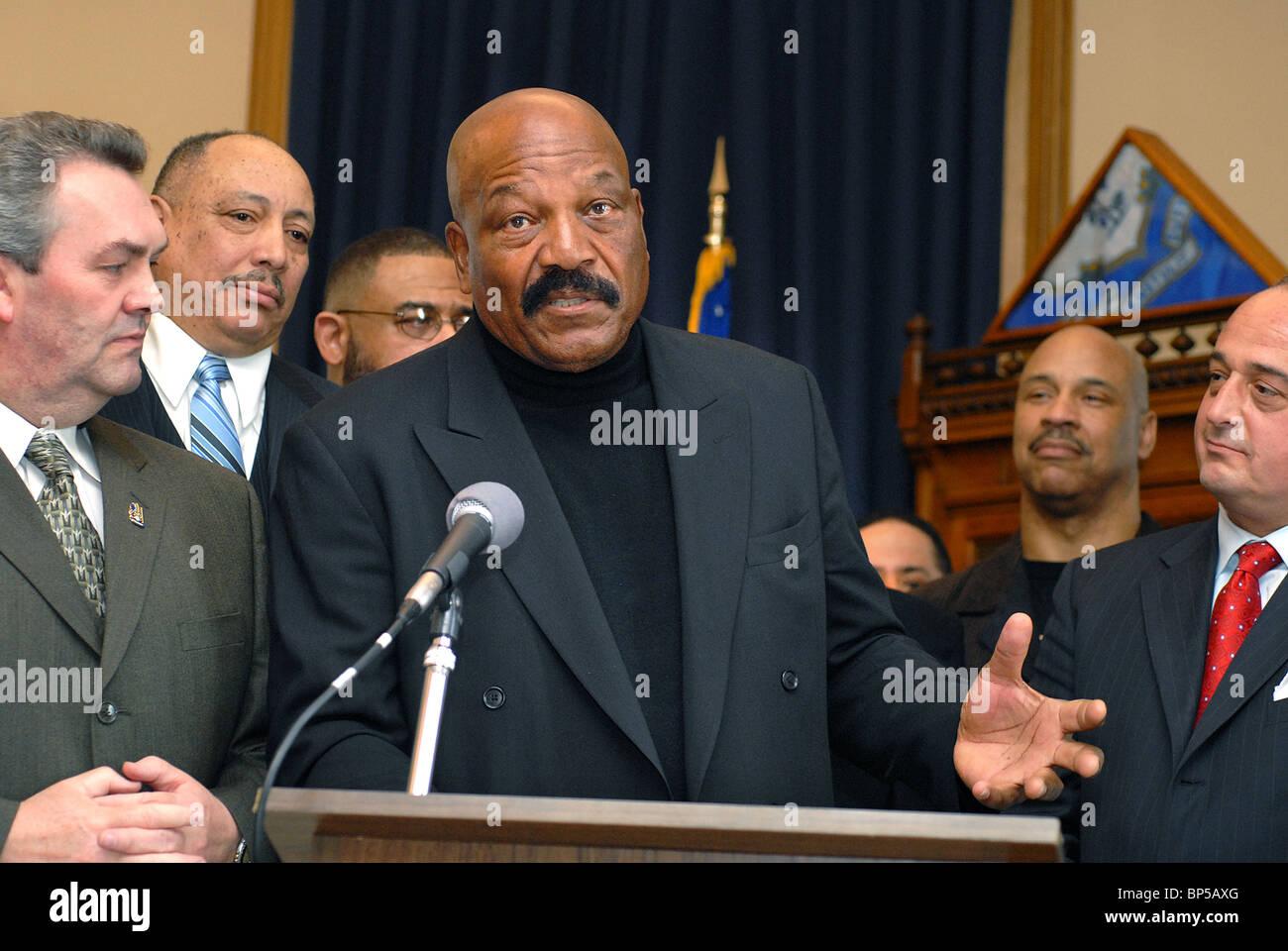 Légende du football Jim Brown parle lors d'un événement pour sa charité Amer-I-Can, qui Photo Stock