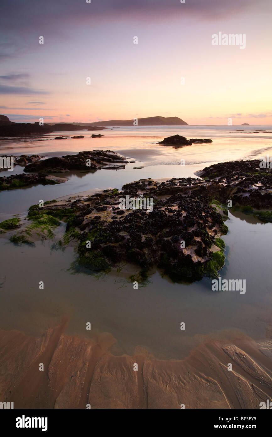 La tombée de la plage de Polzeath seascape à pas-à-pas à point à l'embouchure de l'estuaire Photo Stock