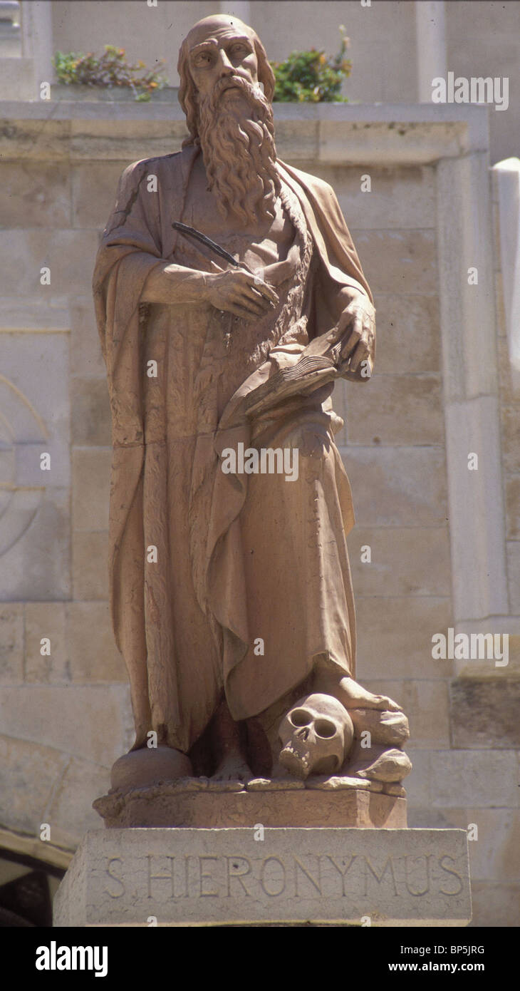 STATUE DE JÉRÔME DANS LA COUR DE L'ÉGLISE DE ST. CATHERINE DANS BETHLECHEM. H. EST TRADUCTEUR Photo Stock