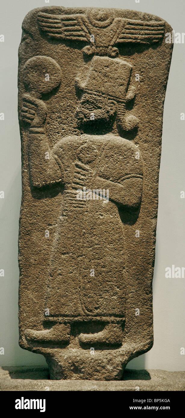 5223. Déesse KUBABA debout sous un disque solaire ailé, tenant un miroir (?), néo hittite, Photo Stock