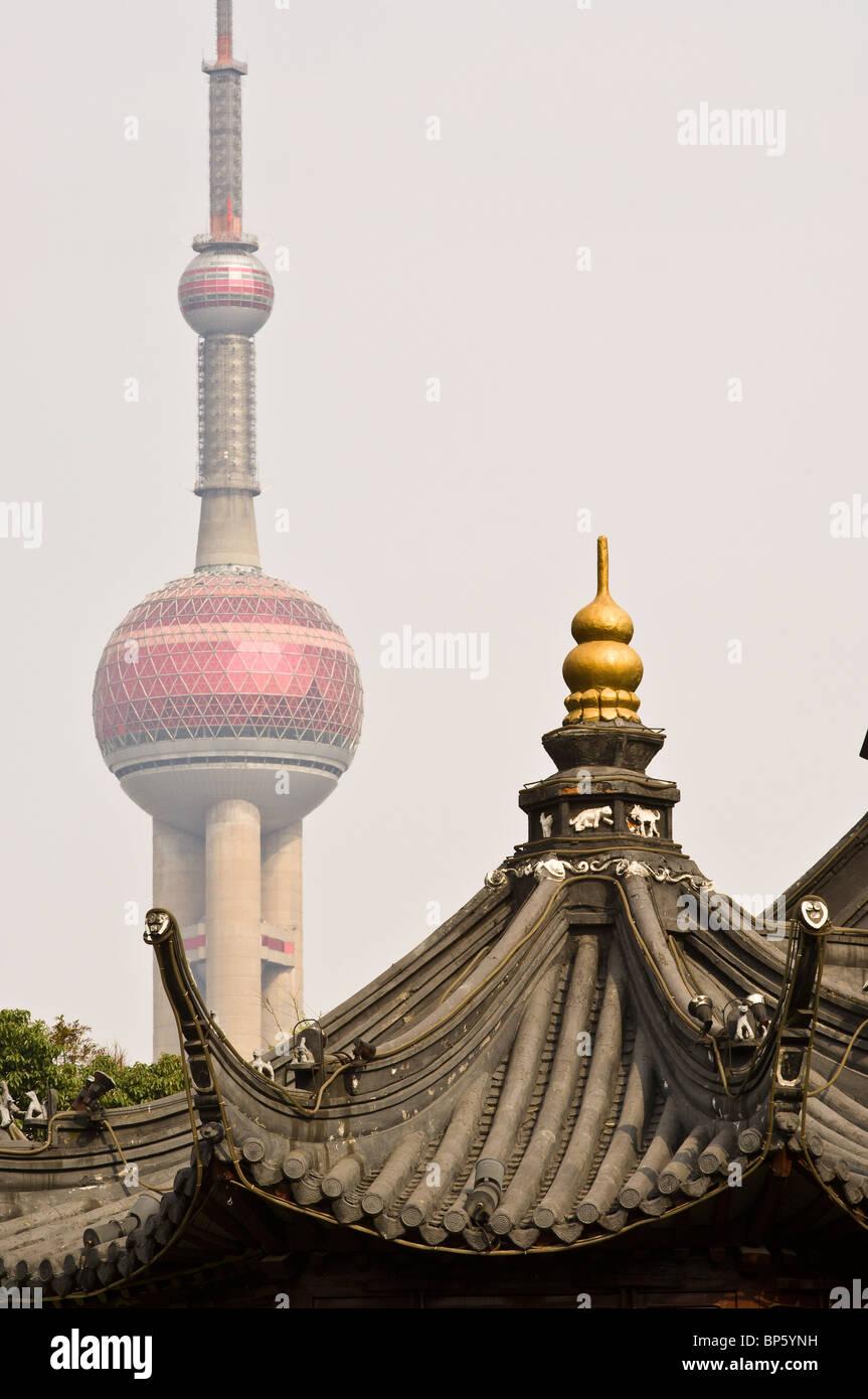 La Chine, Shanghai. Temple du dieu de la ville de Shanghai avec l'Oriental Pearl Tower en arrière-plan. Photo Stock