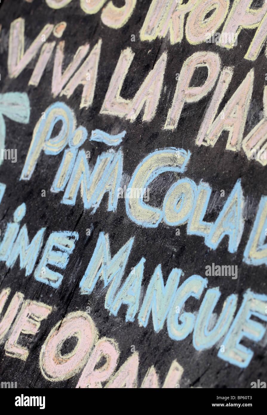 Grand verre spéciaux mots écrits à la craie de couleur sur un tableau noir Photo Stock