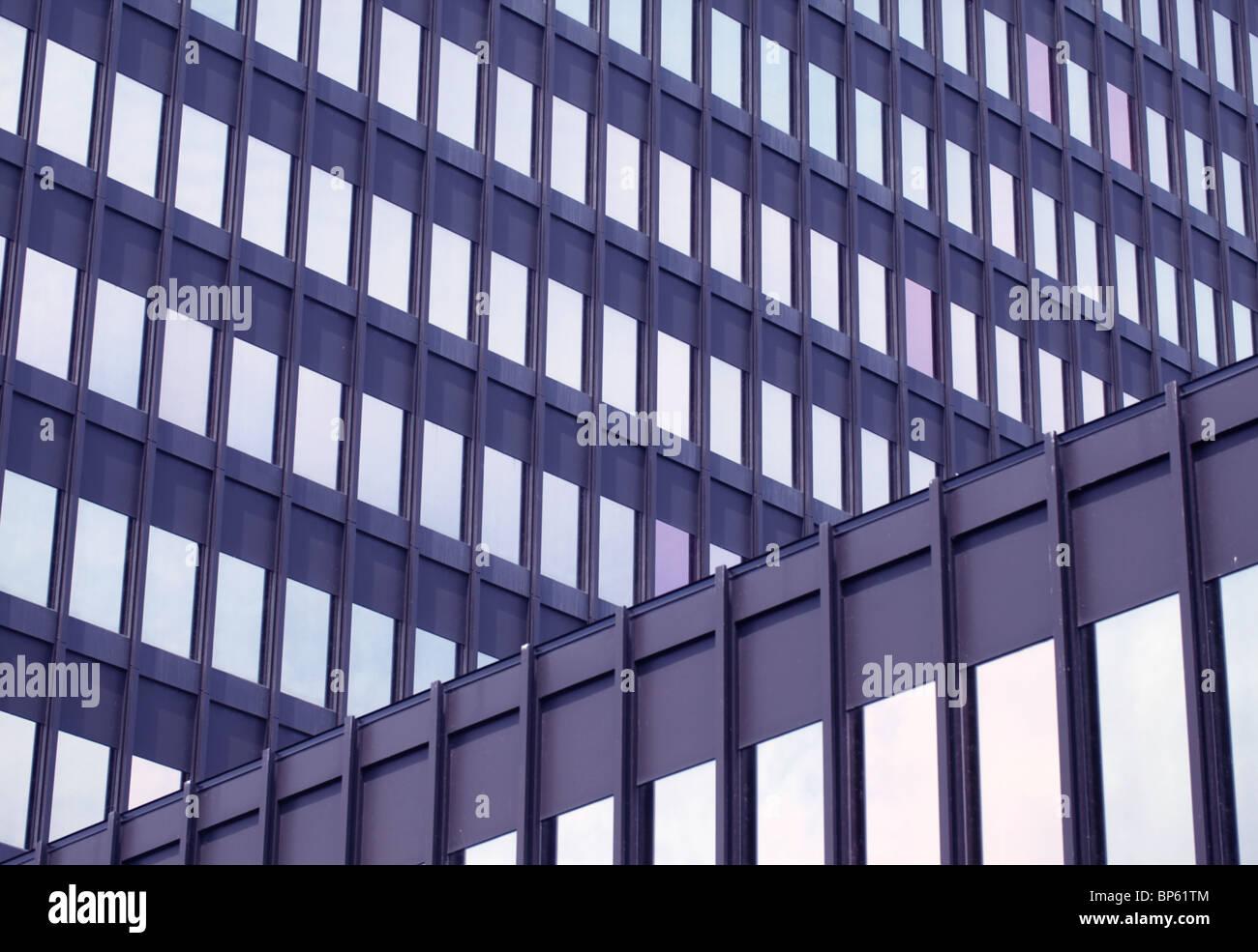 L'extérieur d'un immeuble de bureaux en verre et acier Photo Stock