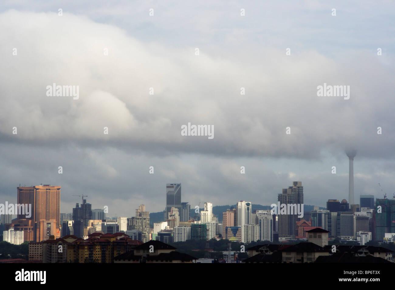 Kuala Lumpur, Malaisie, sous faible nuage noir. Photo Stock