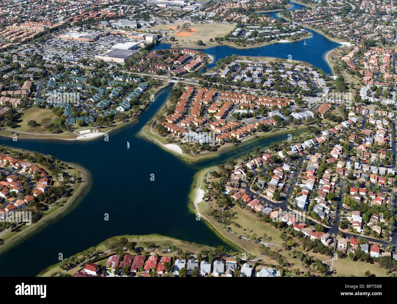 Vue aérienne au-dessus du lotissement résidentiel Miami Floride Photo Stock