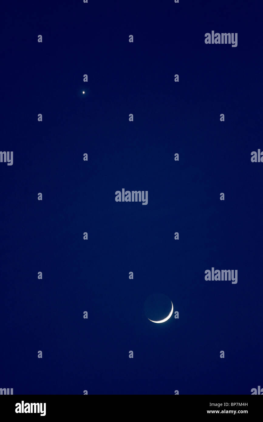 Lune et Vénus la convergence dans le ciel du soir. Février 2009. Photo Stock