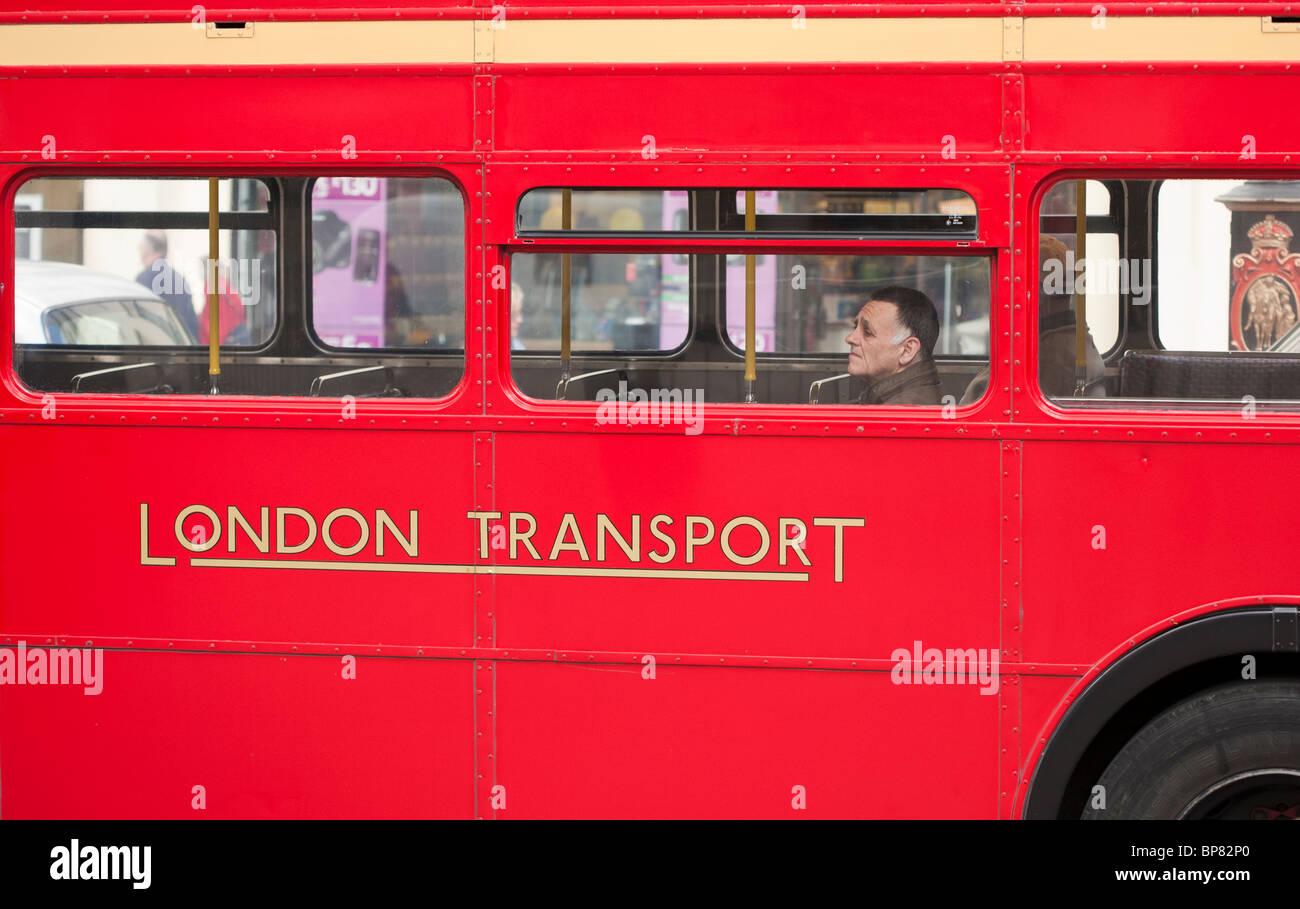Transport désertes. Le pont inférieur d'un bus de Londres est occupé par un seul mâle cavalier. Photo Stock