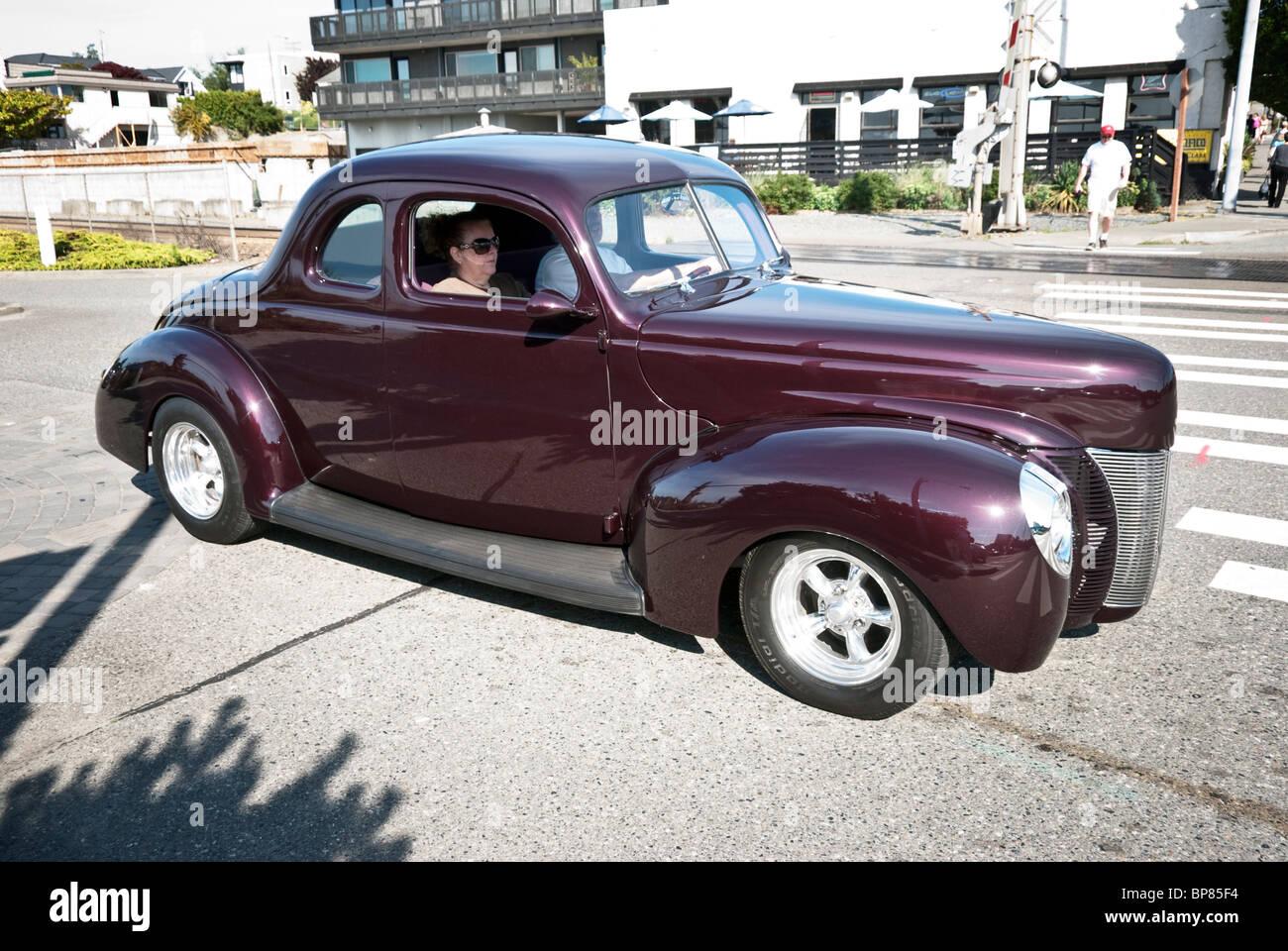Restauré avec brillant distinctif 1940 Ford coupe avec chrome brillant vu sur rue sur un beau jour dans Edmonds Photo Stock