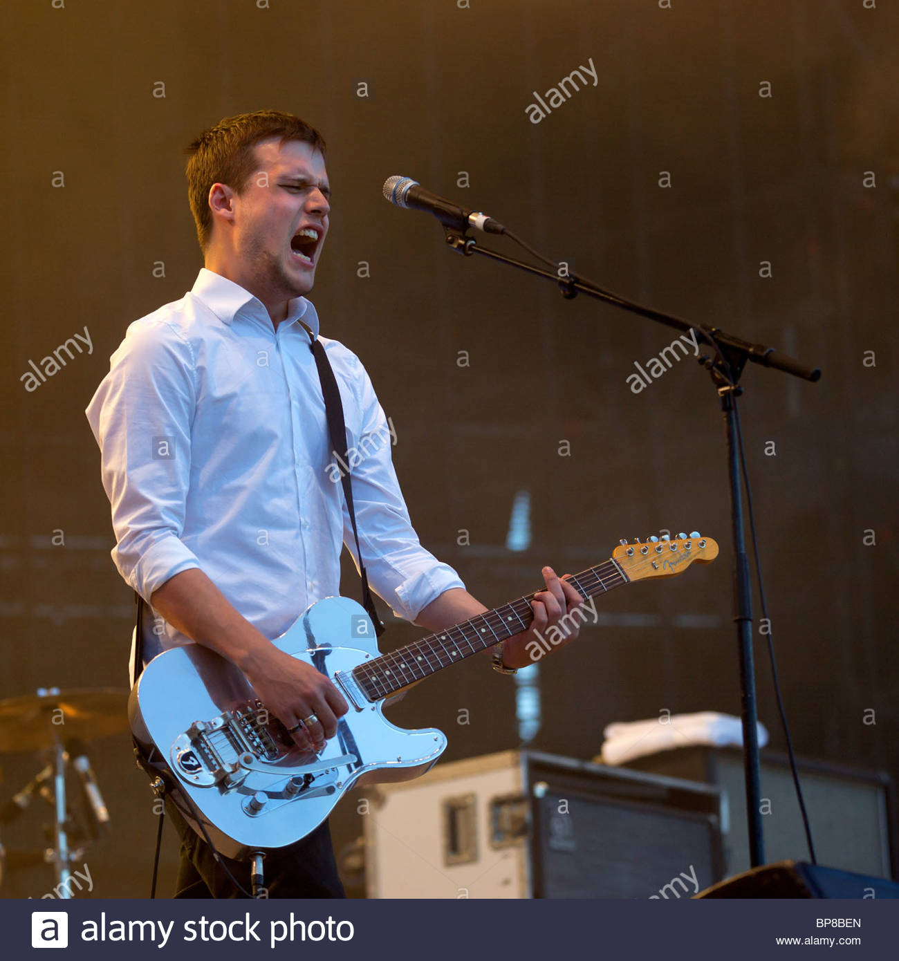 Harry McVeigh chanteur de groupe de rock alternatif anglais White Lies en live Photo Stock
