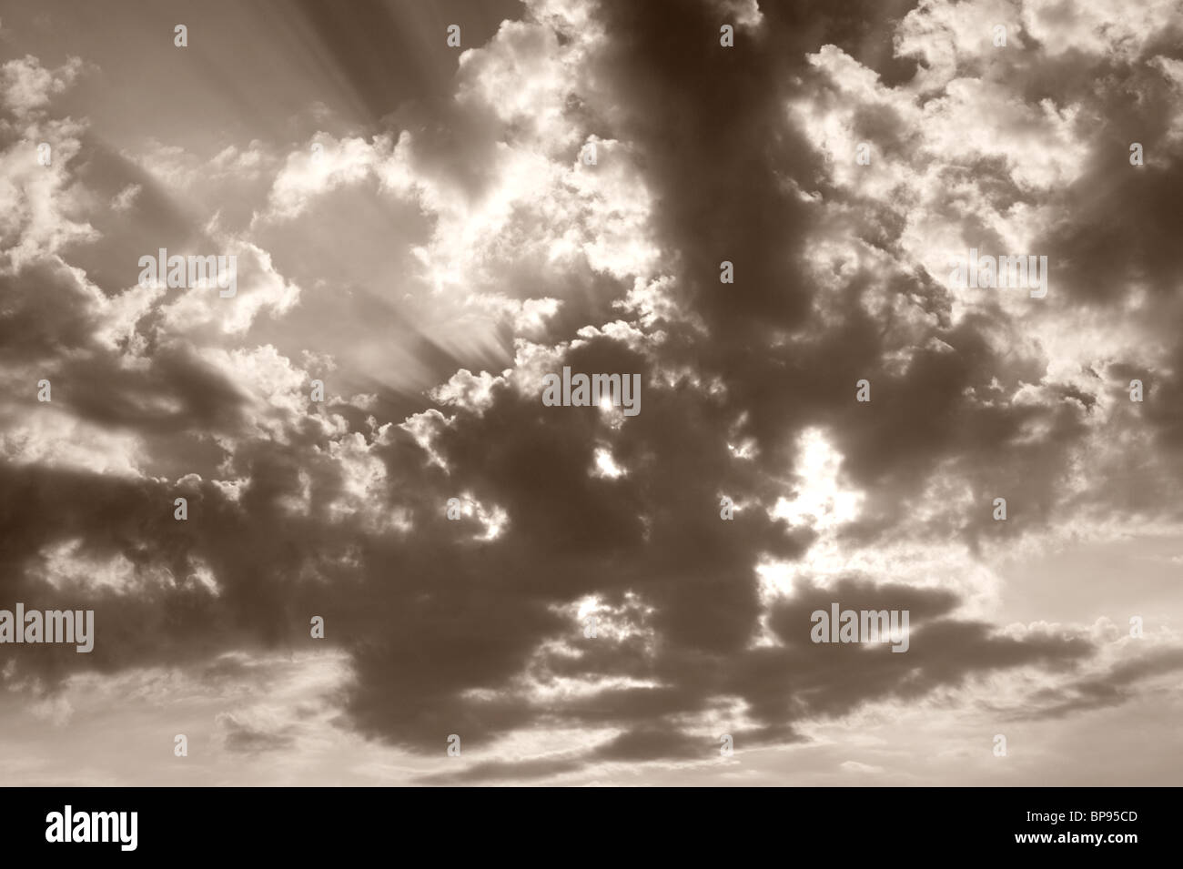 Les rayons du soleil et les poutrelles et les nuages Banque D'Images