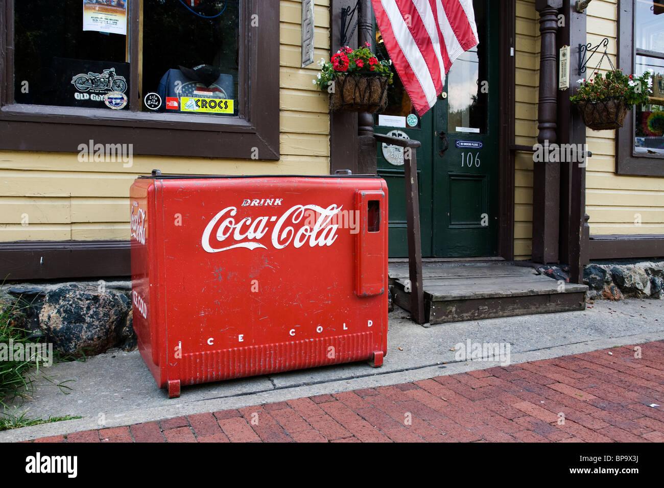 Coca Cola Antique plus frais en face de country store - Virginie-Occidentale, États-Unis Banque D'Images