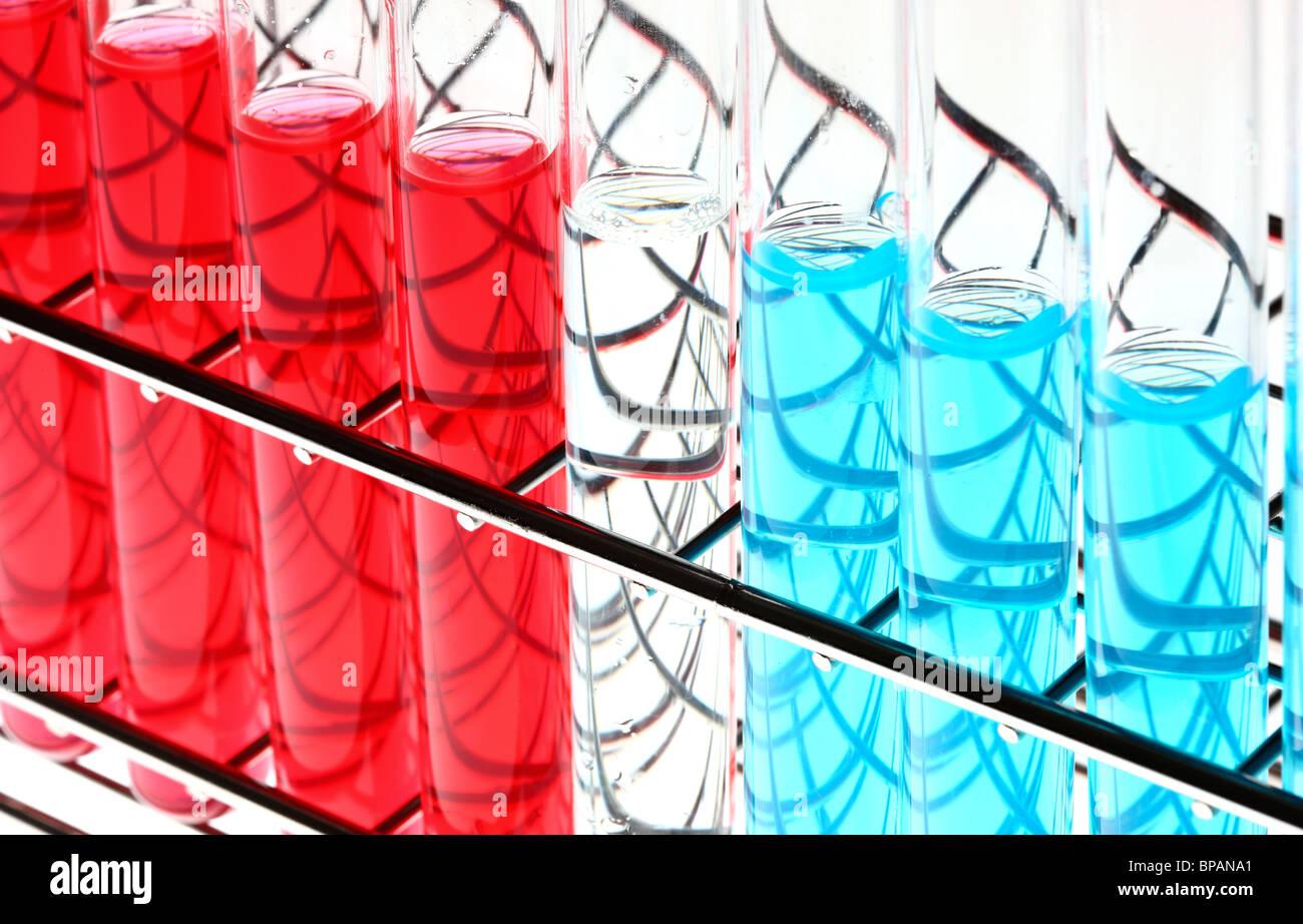 Produits chimiques dans les éprouvettes. Les produits chimiques liquides dans un laboratoire de chimie. Photo Stock