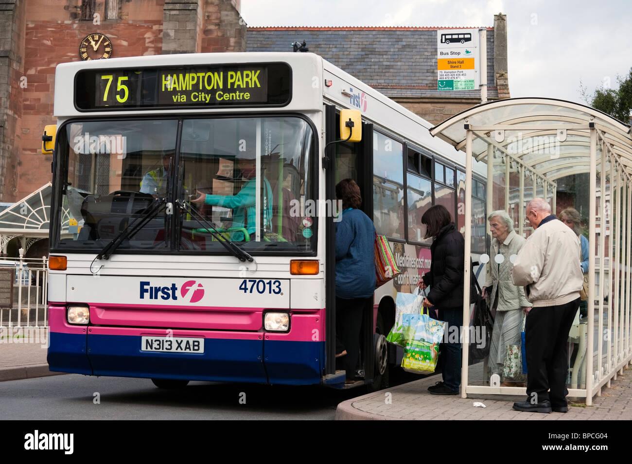 Arrêt de bus de passagers à bord d'attente en bus St Peters Square, le centre-ville de Hereford, Royaume Photo Stock