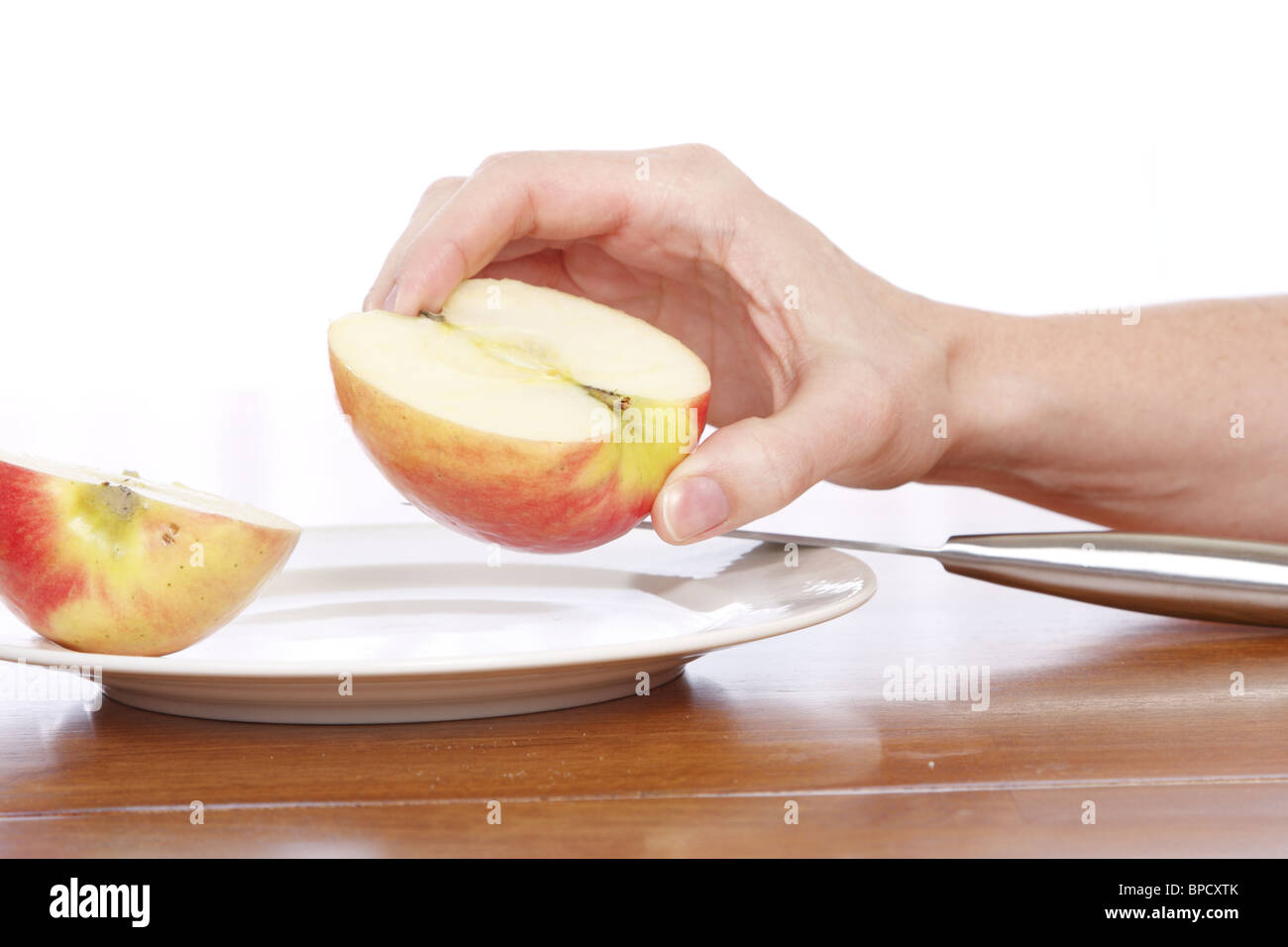 Découpage des mains un apple Photo Stock