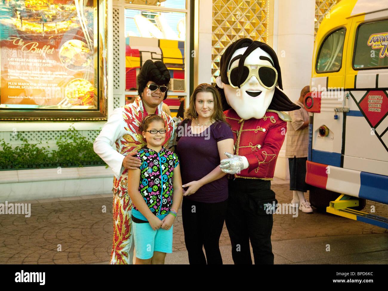 Une mère et sa fille posent avec Elvis et Michael Jackson imitateurs, Fremont Street, Las Vegas, Nevada, USA Photo Stock