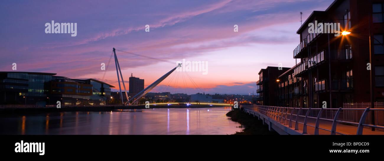 Passerelle de la ville et la rivière Usk Newport Gwent au Pays de Galles au coucher du soleil Photo Stock