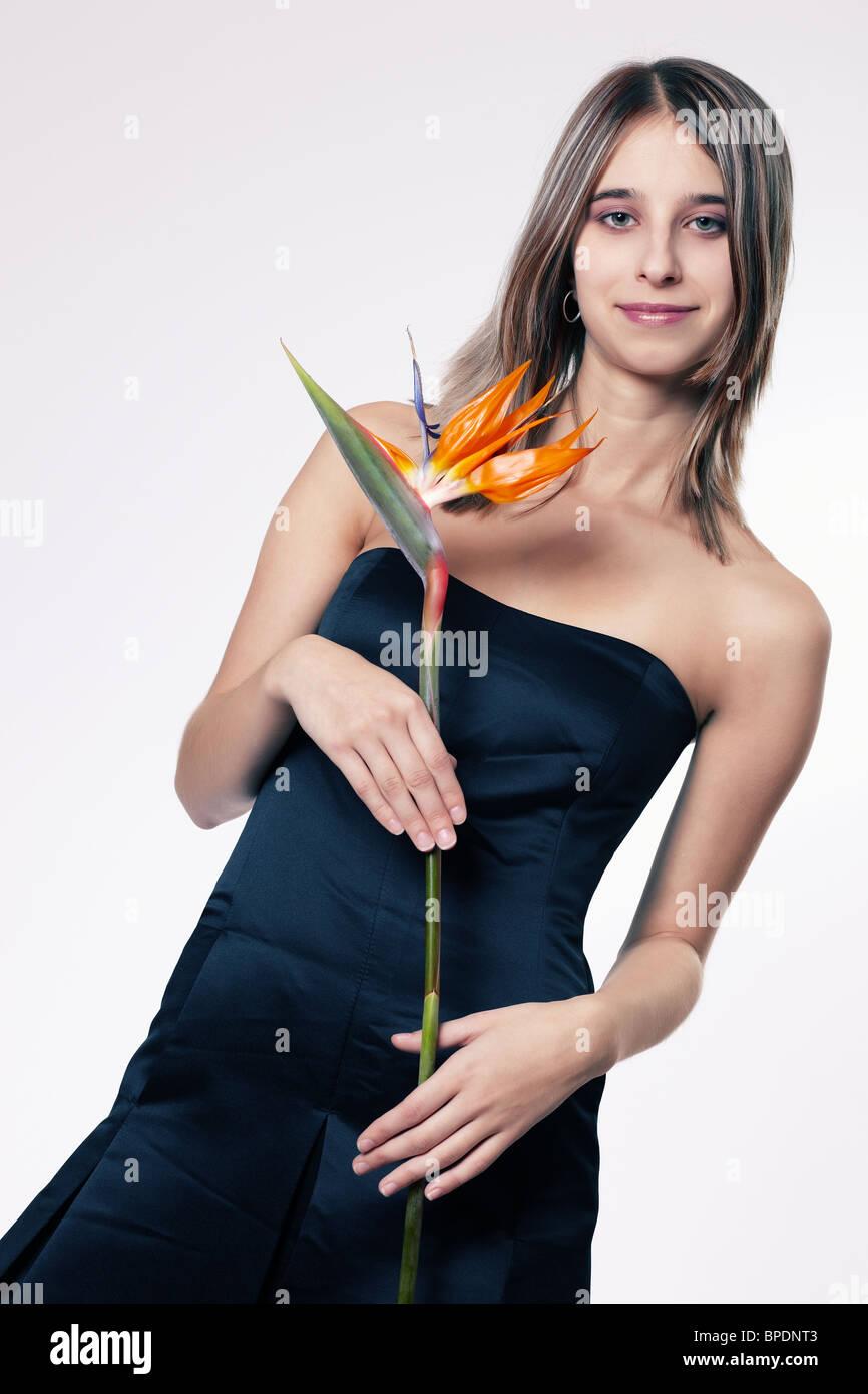 Young woman holding strelitzia Banque D'Images