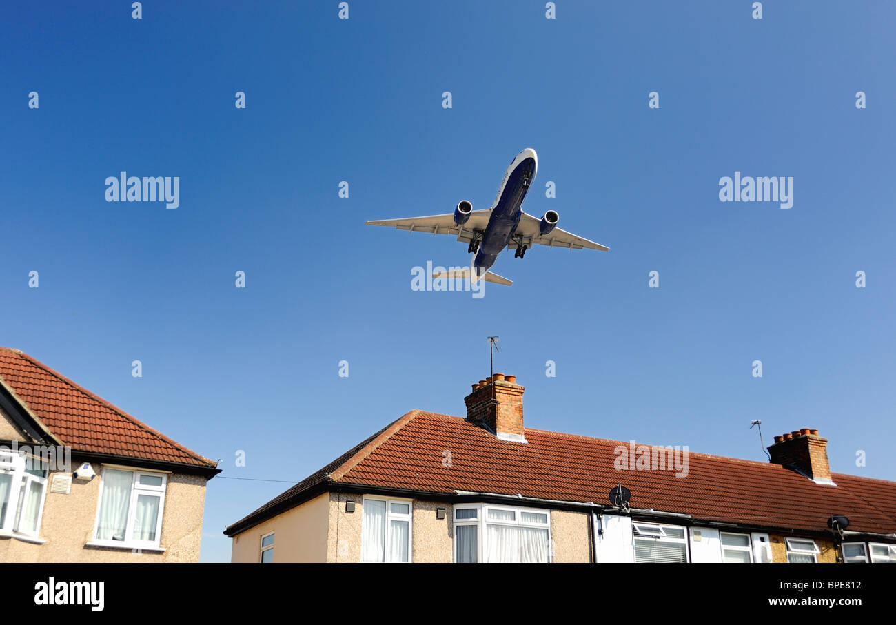 British Airways avion volant à basse altitude au-dessus house avant l'atterrissage Photo Stock