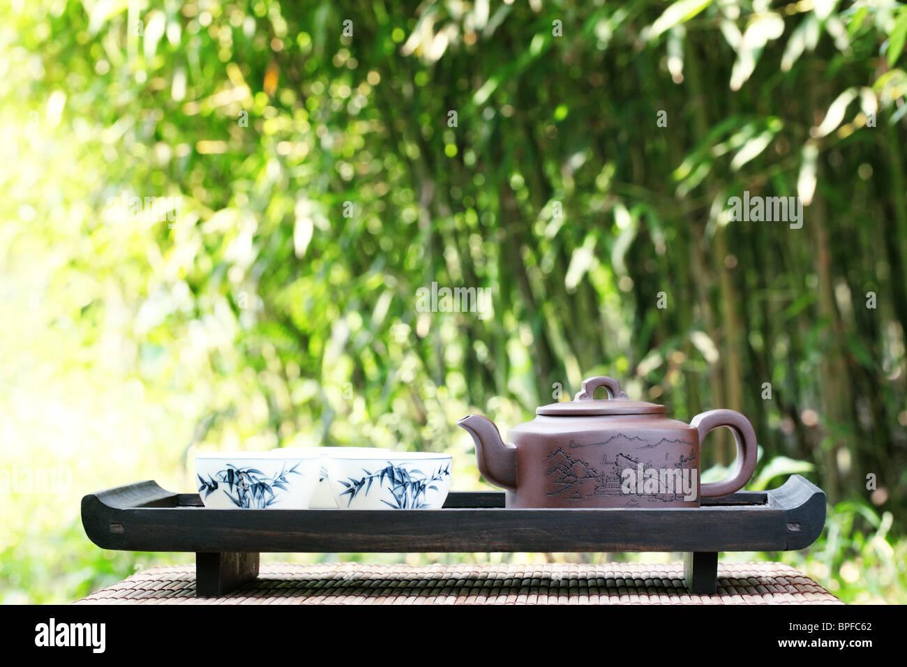 Service à thé asiatique classique à l'extérieur Banque D'Images