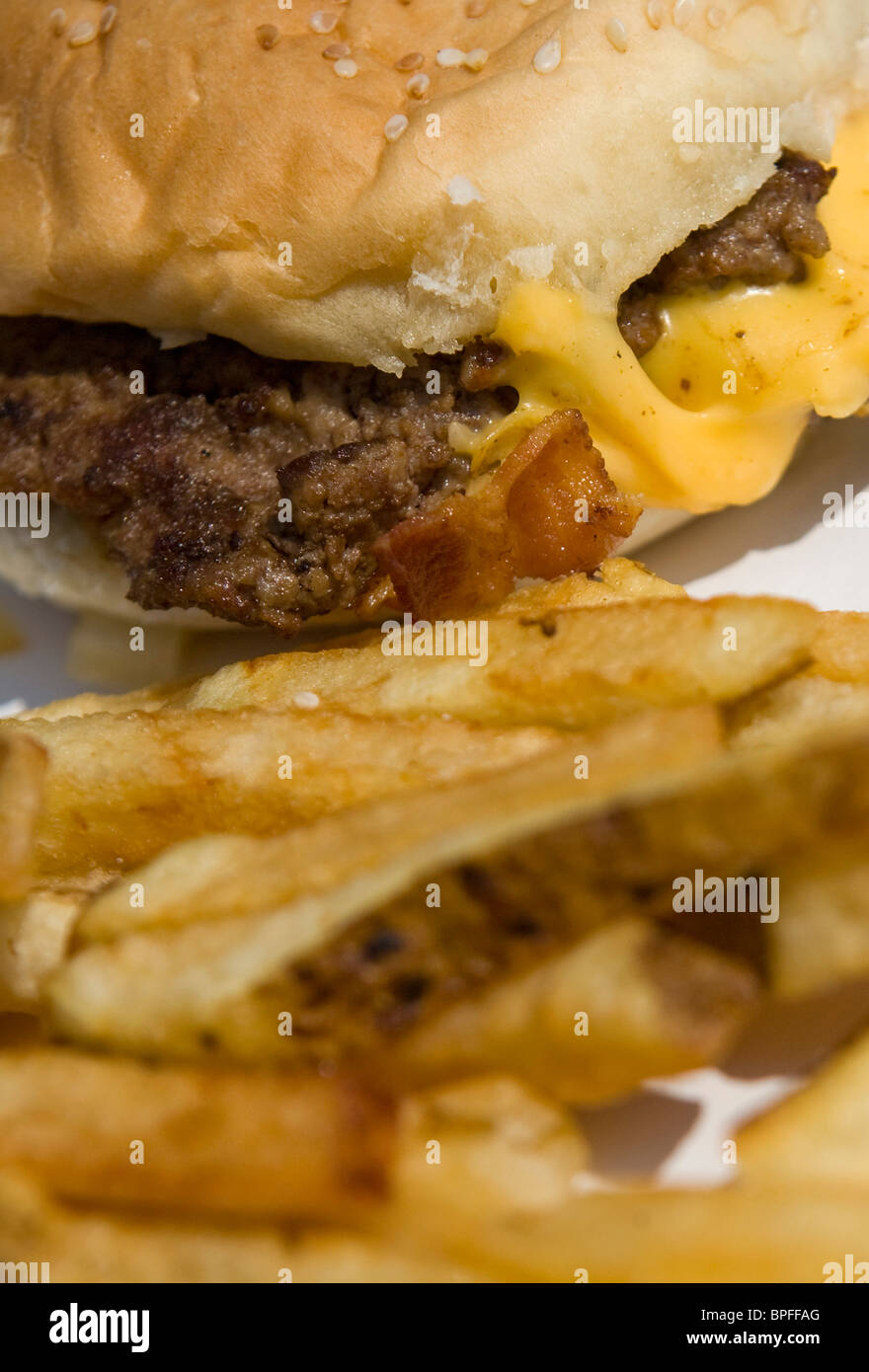 Un cinq gars bacon cheeseburger et frites. Photo Stock