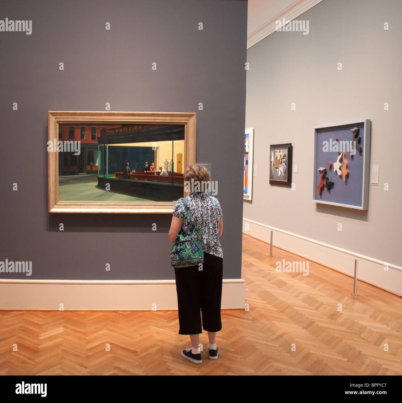 Woman studies' 'Nighthawks d'Edward Hopper à l'Art Institute de Chicago Photo Stock