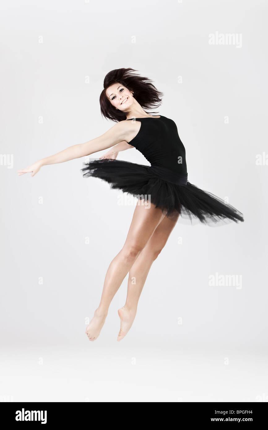 Style élégant et jeune danseuse de ballet est voûté de saut Photo Stock