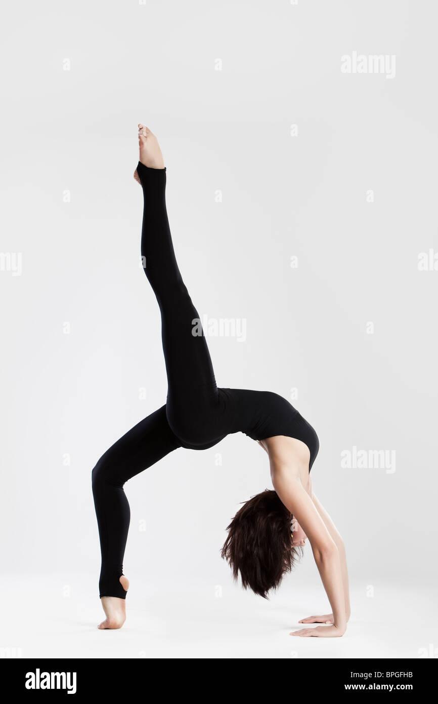 Danseuse Slim en yoga pose des pieds et des mains Photo Stock