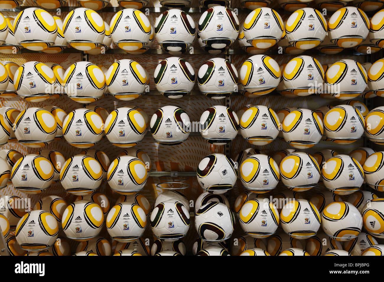 Affichage des ballons dans un magasin de sport, un élément manquant, la FIFA Coupe du Monde, Le Cap, Western Cape, RSA, Afrique du Sud, l'Afrique Banque D'Images