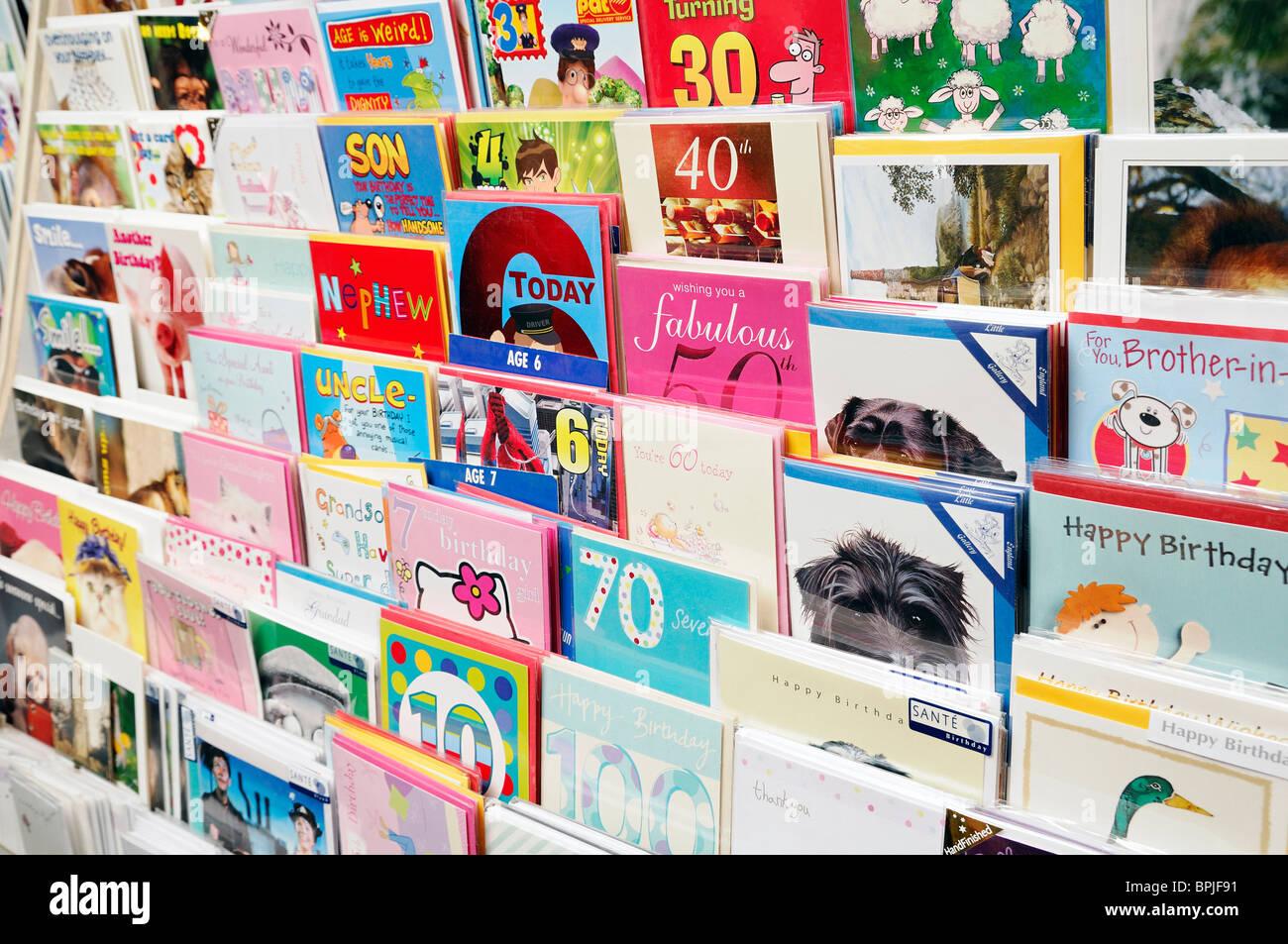 Cartes d'anniversaire dans une presse, England, UK. Photo Stock