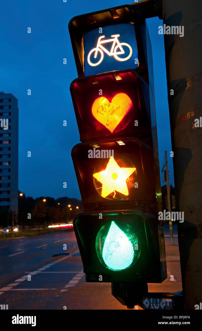 Détail de feux de circulation cycliste avec lampes peintes pour montrer le cœur, star et déchirure dans Photo Stock