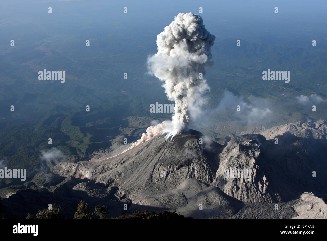 3 janvier 2009 - Éruption de cendres de Santiaguito, au Guatemala. Photo Stock