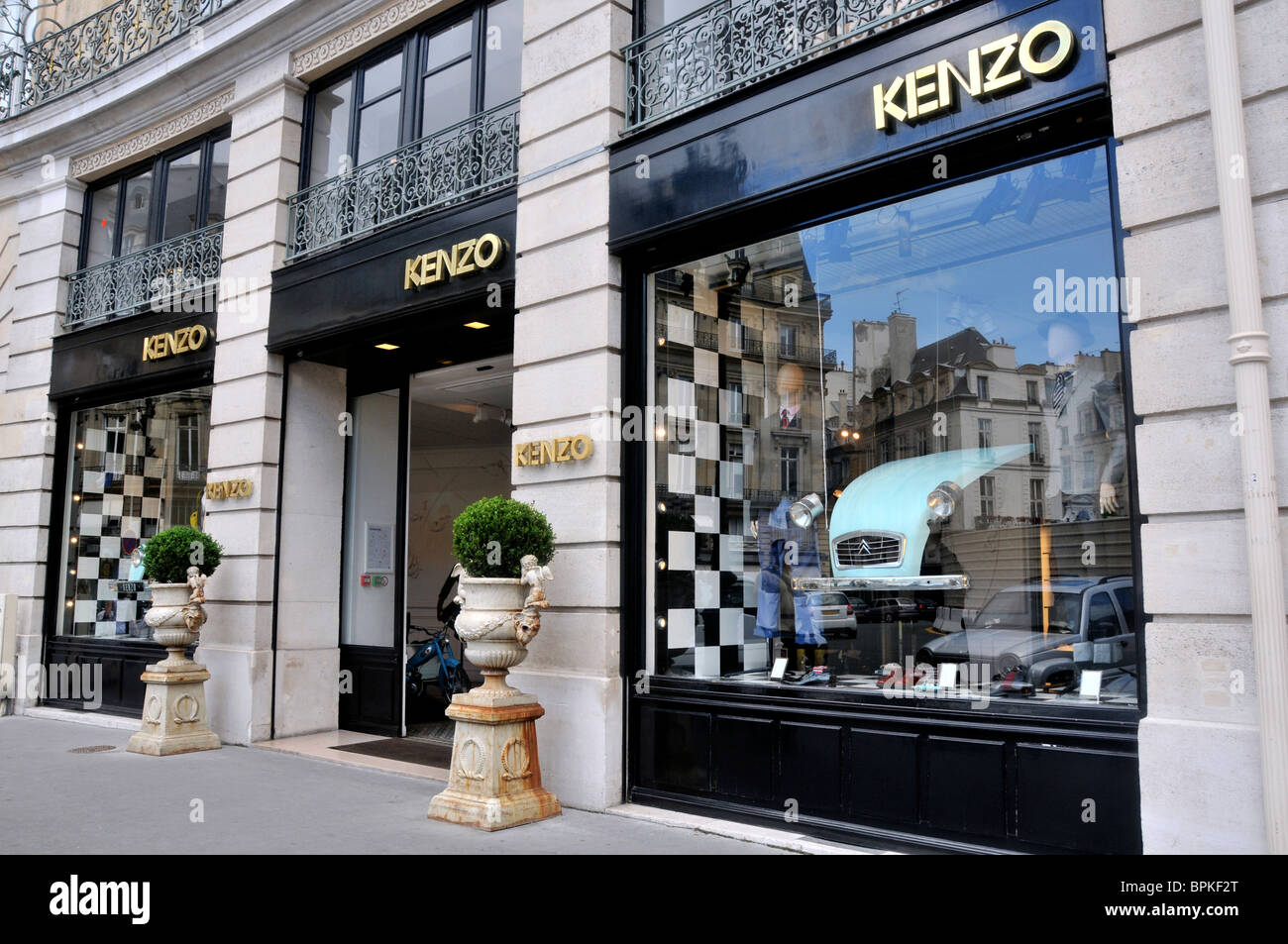 Boutique Kenzo, Paris, France Banque D Images, Photo Stock  31161728 ... 3ab34d1a37e