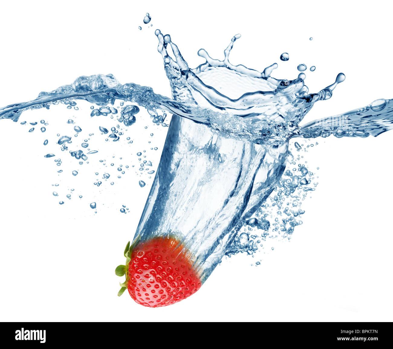 Strawberry tombe profondément sous l'eau avec un grand bruit. Photo Stock