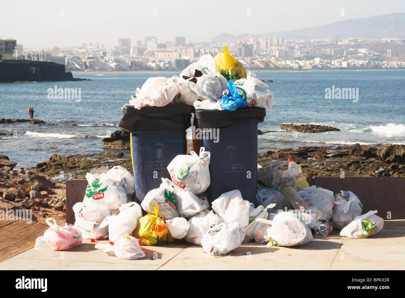 Bacs débordants wheelie sur la plage en Espagne Photo Stock