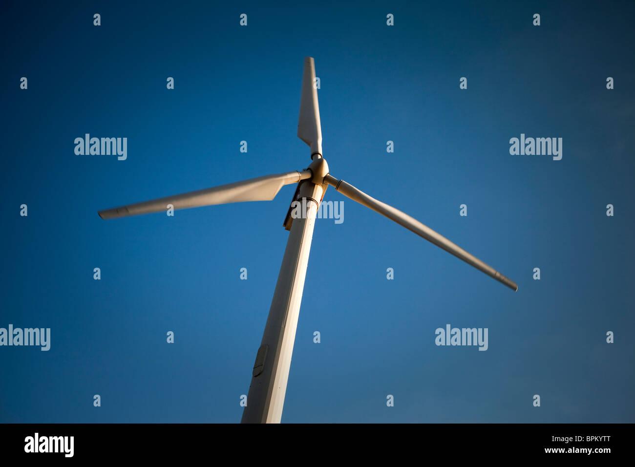Éolienne moderne contre le ciel bleu Photo Stock