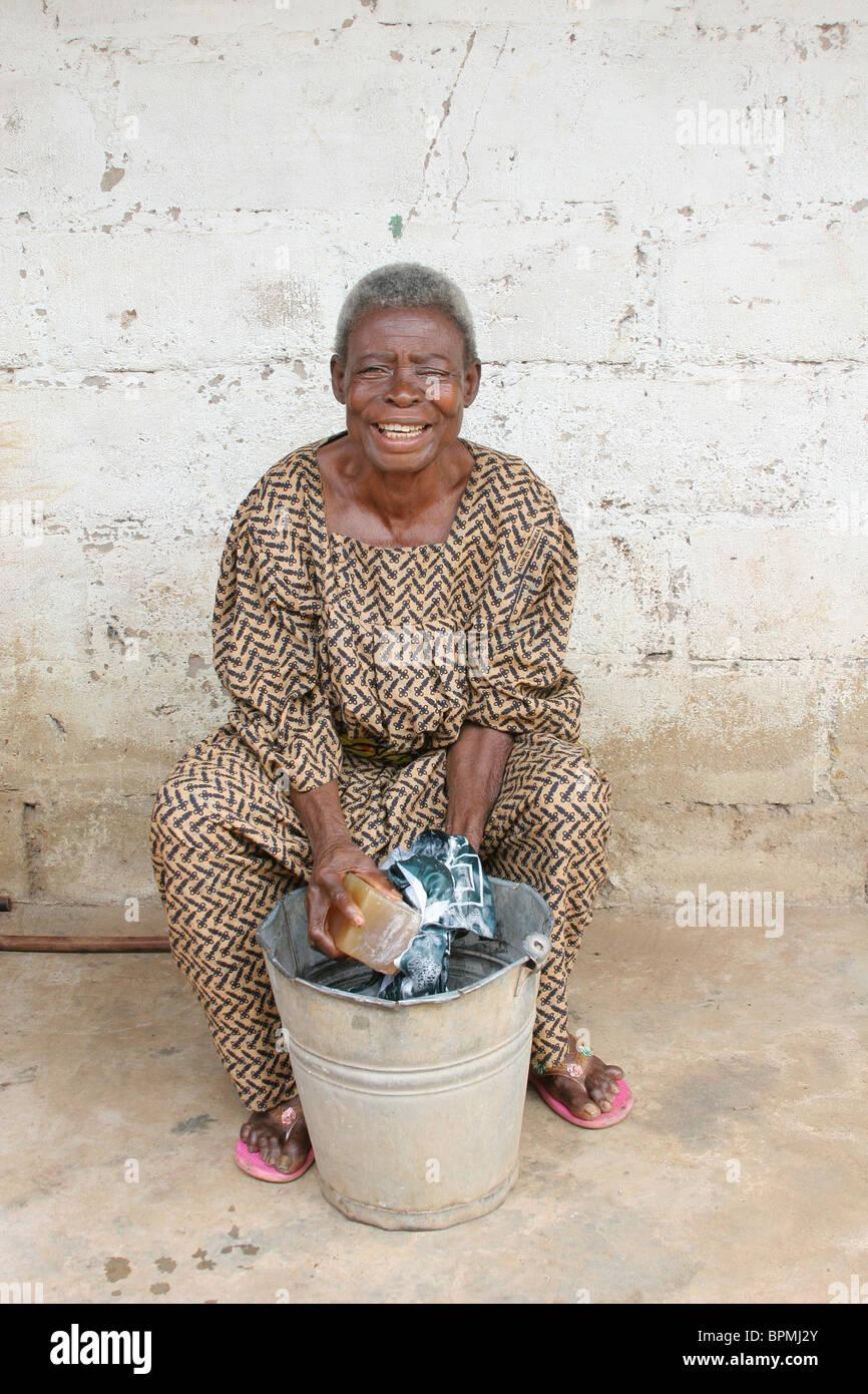 une vieille femme se lave jouit de laver ses v tements la suite d 39 une op ration de la. Black Bedroom Furniture Sets. Home Design Ideas