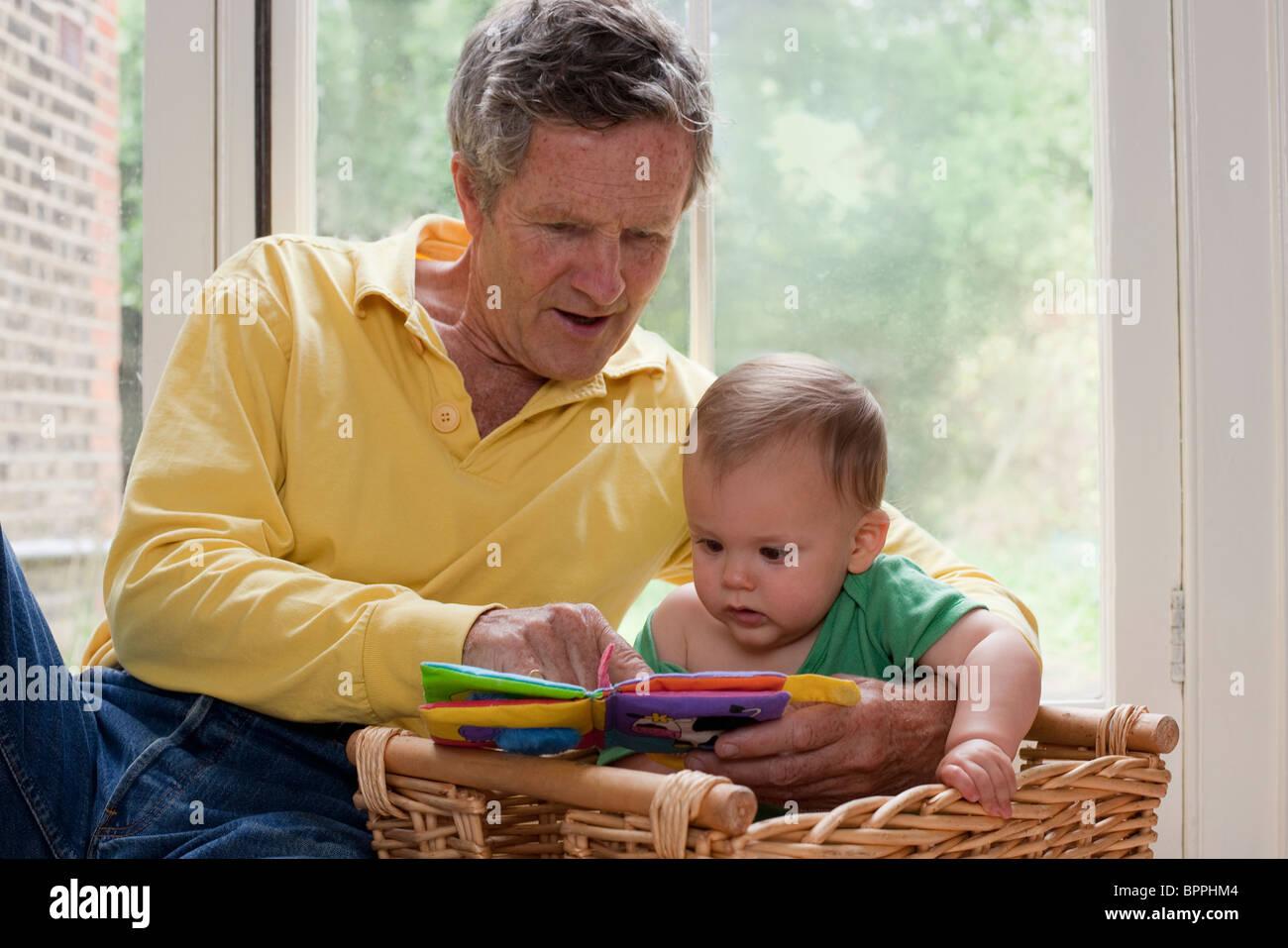 La lecture de ton grand-père petit-fils une histoire Photo Stock