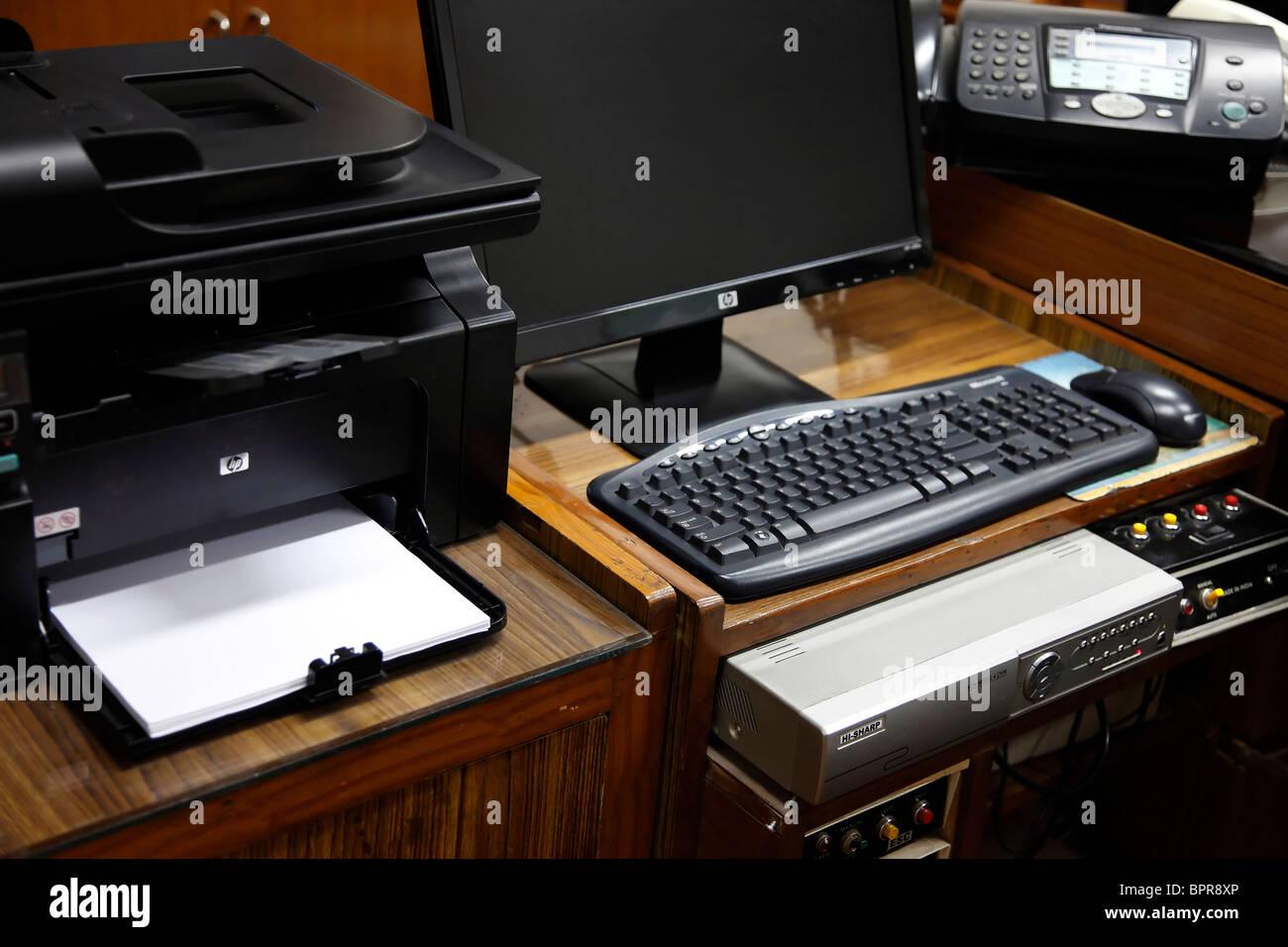 Offiice Matériel - Ordinateur de bureau, imprimante, télécopieur, et l'unité de commande Photo Stock