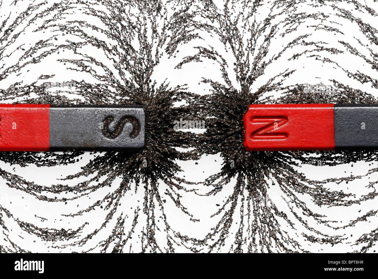 Les aimants avec de la limaille de fer montrant l'attraction magnétique entre pôles opposés Photo Stock